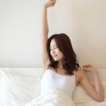 「朝活」が話題!「三文の徳」と言われる早起きのコツとメリット