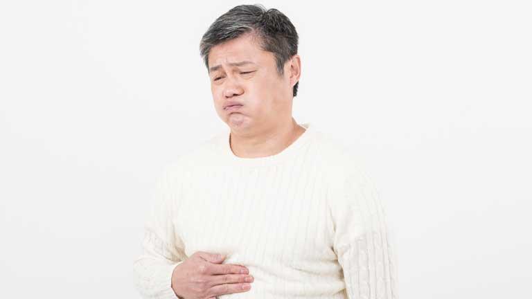 仕事にも影響する?!暴飲暴食が原因の胃もたれや胸焼けで辛い時の対処法