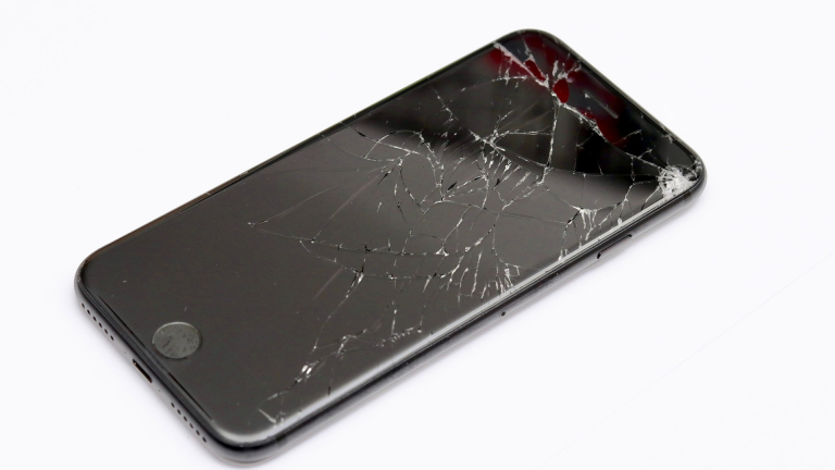 【放置は危険…】iPhoneの画面割れの修理費用や時間の目安とは